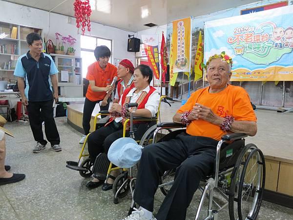 主持人訪問東興社區的夫妻檔,分享餐與社區活動後的改變