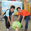 王理事長與奐宇主任一同種下夢想樹