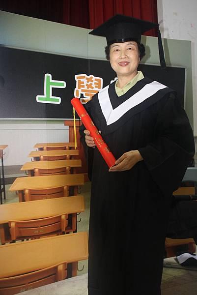 恭喜奶奶,畢業囉!