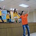 5青年志工在帶領一下在舞台上跳著健康操