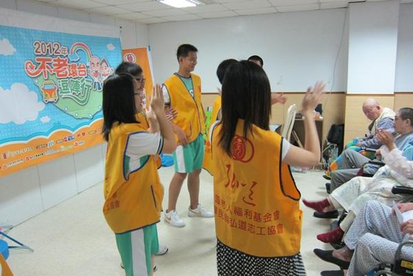 1活動開始前民權國中的青年志工們先和長輩第一次接觸