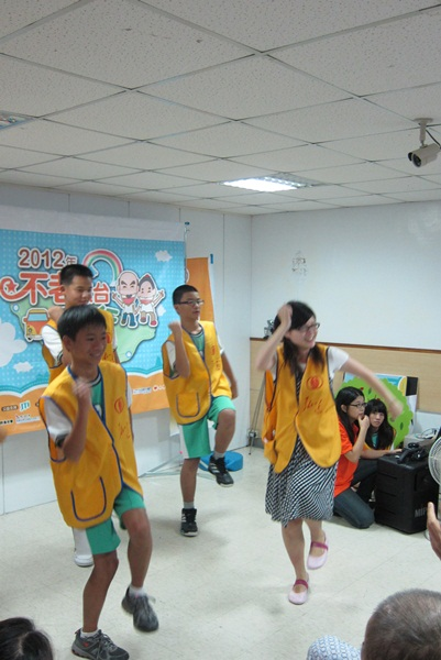 6由老師領隊的學生志工賣力的跳著健康操