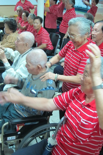 7活力社區的長輩們也陪著機構長輩一起動一動