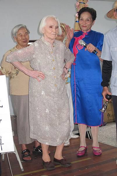 竹義社區96歲范吳送妹阿嬤,現場展現社區的活力與朝氣~~