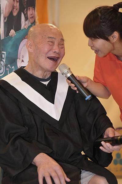 阿公畢業了好開心~