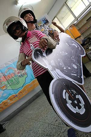 屏東縣社會處處長白忙之中撥空前來