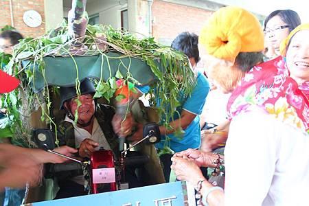 由新埤社區最年長的長輩傳遞聖火