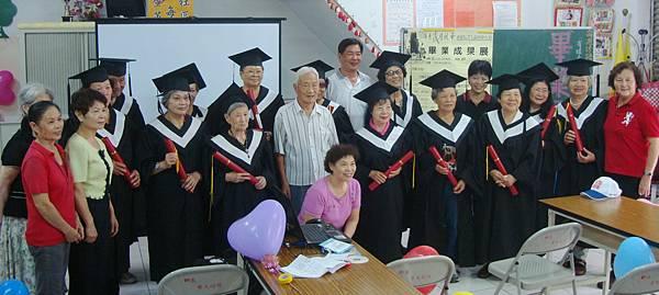 畢業了,爺奶開心拿著畢業證書大合拍