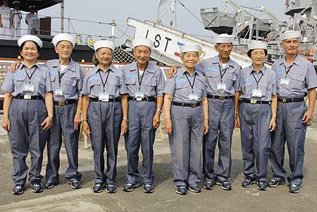 四對不老海軍戰士夫妻檔合影