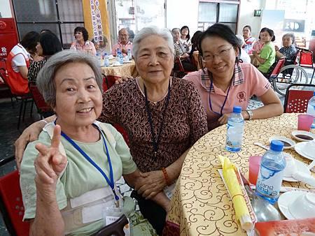 秀美奶奶(左)儘管腰疾也要帶81歲的好朋友一起來參加餐會