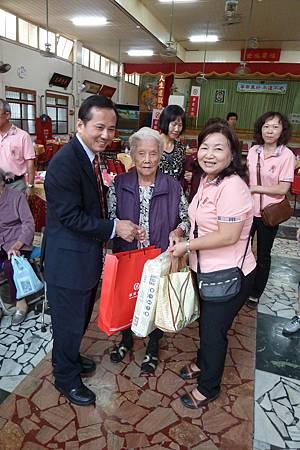 餐會後華南金控鄭副總贈送92歲郭洪滿奶奶物資