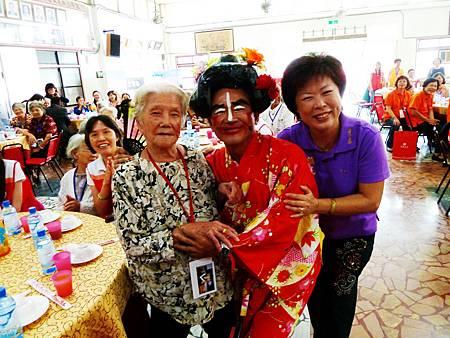 92歲洪郭滿阿嬤開心得與弘道潮州站志工同樂