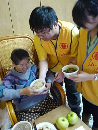 長榮大學擔任臨時孫子送物資與年菜給阿霞阿嬤