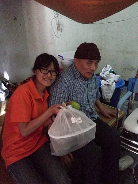 洪阿公在寒冬收到熱騰騰年菜,內心十分溫暖,感謝大家的愛心和照顧