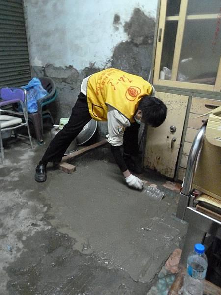 1樓地板磁磚均毀損,役男們在照服員文濱的帶領下,第一次學習鋪水泥,役男們都直呼這次大掃除的活動真的收穫良多,水泥地鋪好後,行動不便的鄭阿伯終於不再被毀損的地板給絆倒了