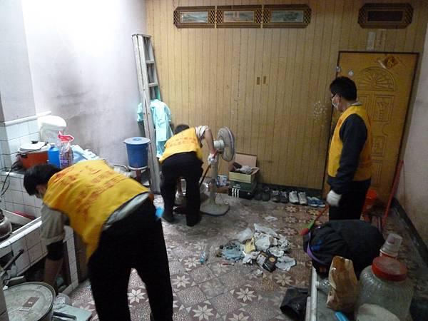 役男們努力的清掃環境,小到每個角落裡的灰塵、大到大型廢棄物,役男們都不放過,把環境整理的清潔溜溜