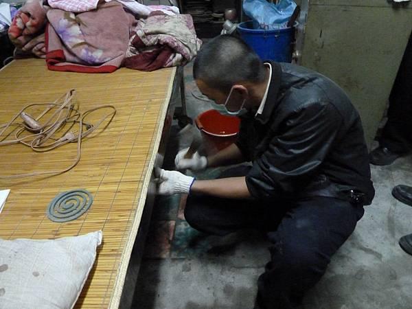 鄭阿伯的床因有所毀損,役男細心的發現並協助修復,以免鄭阿伯被床割到,減低危險性