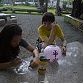 兩位韓國人為林邊祈福-畫祈福燈籠