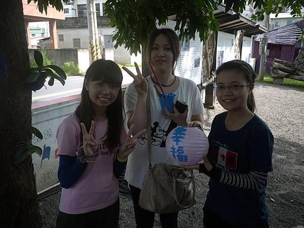 和日本人一起畫燈籠(巧瑩站在左一)