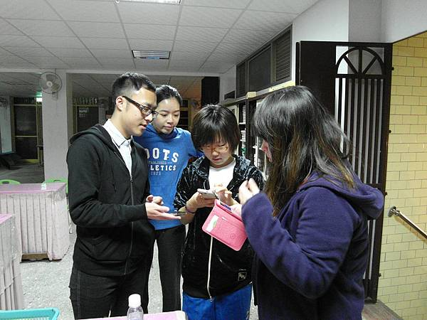 Taiwan's volunteers exchange facebook with Japon's volunteer(right2).