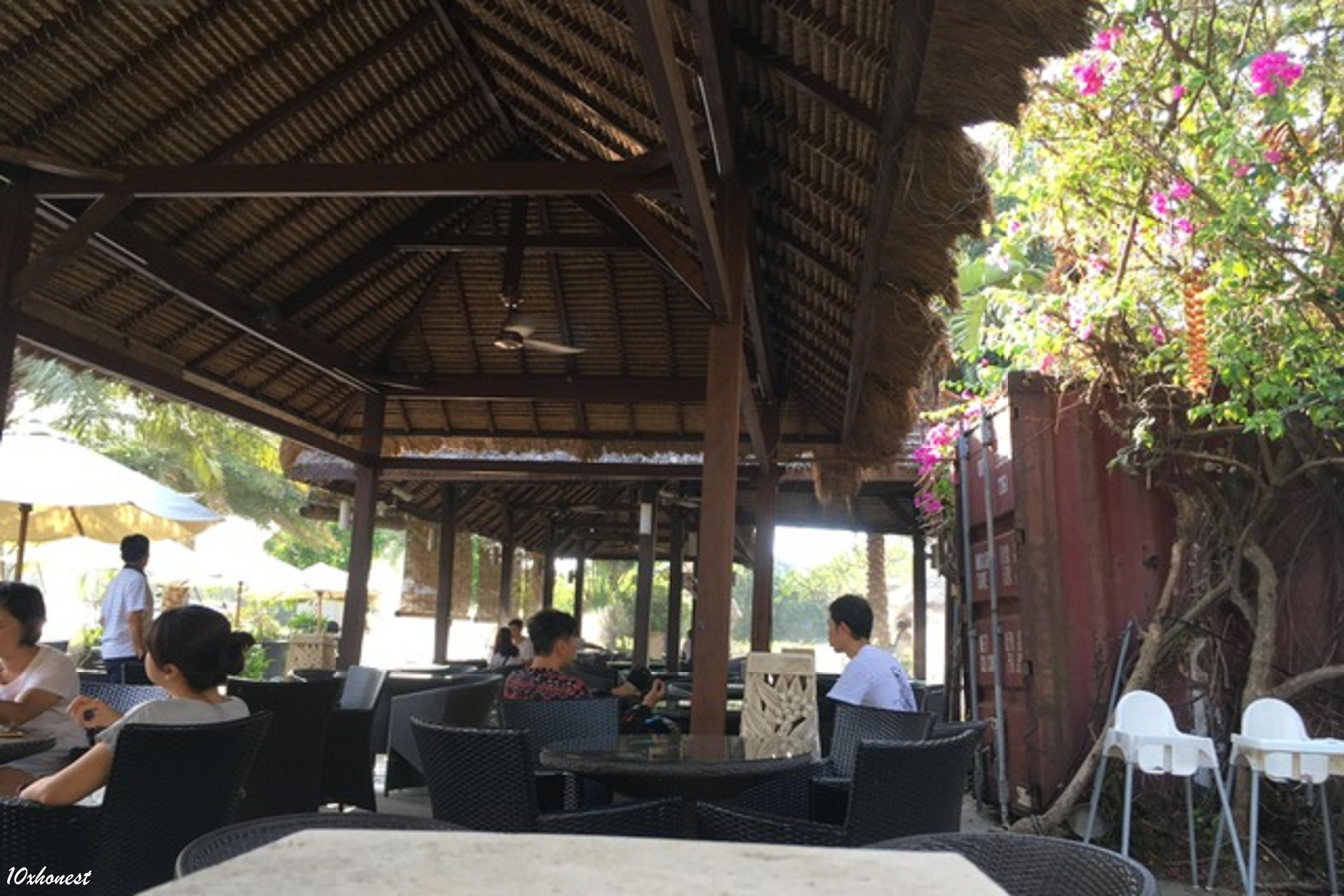 莫內咖啡室外座位區