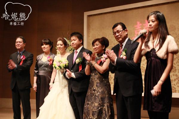 洋蔥與茉莉公主主婚人站在舞台上