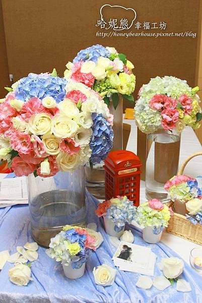 收禮桌擺放了非常可愛的杯子花球,當然還有來自英國的小電話亭裝飾,另一番英倫風味