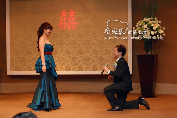 嘉陽單膝下跪向獻萍求婚