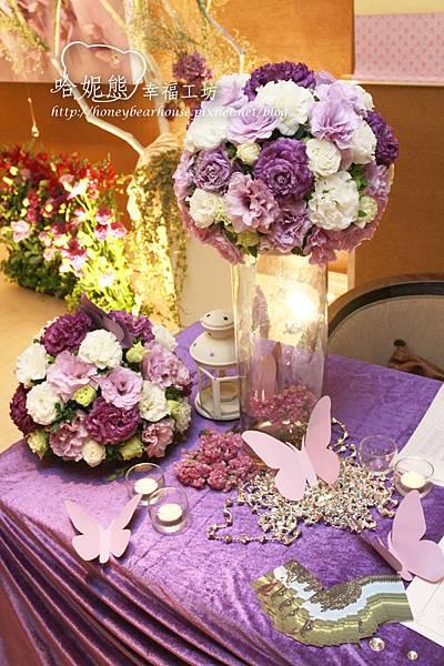 全場佈置以紫色為主,收禮桌上擺放紫色花球,吸引了蝴蝶