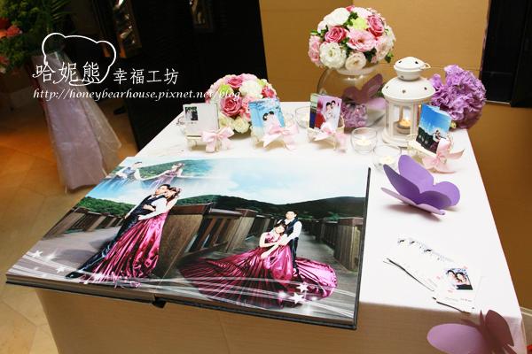 宏杰&莉瑋也有紫色系列的婚紗造型, 讓相本桌與婚紗相本容為一體