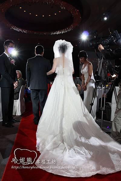 長長的白紗牽引著兩人甜蜜的愛情, 留下幸福的跡痕.