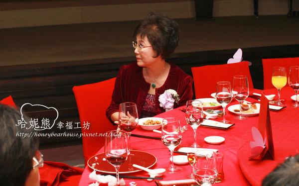 莉瑋的母親專注地欣賞宏杰&莉瑋為父母所準備的成長MV