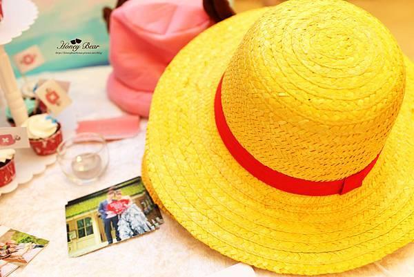 藝術總監跟魯夫暫借的草帽就要放在每位賓客都會逗留片刻的相本桌啦~ -- J&D航海情緣