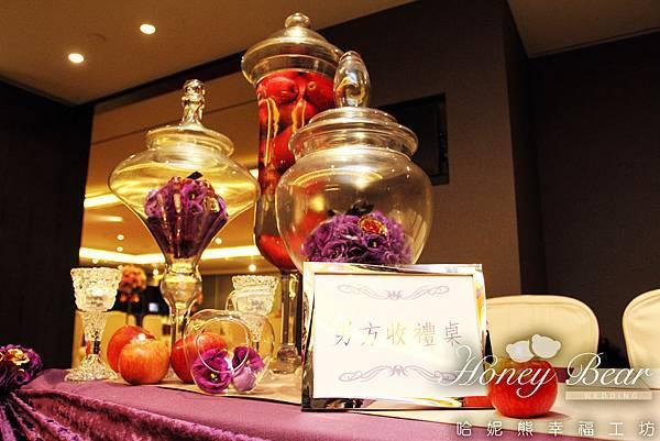 收禮桌加入了紫金色的禮物花球 -- 吳影莊園