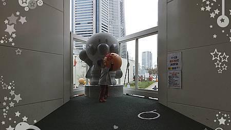 再另一邊有麵包超人彈力球和斜坡可以讓小朋友邊跑邊玩球,斜坡上還有麵包超人像,很適合合照,可惜天氣不好時就會背光。