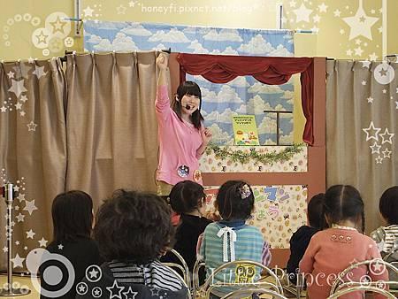 另一頭是活動區,定時會有人偶劇、帶動唱之類的活動。