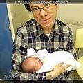 第一次抱寶寶的爸爸XD
