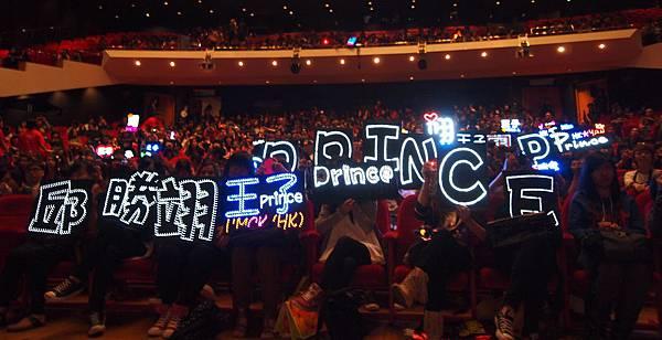 戲院裡有粉絲舉牌.JPG