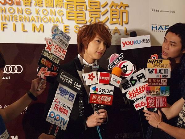 王子接受眾多媒體採訪.JPG