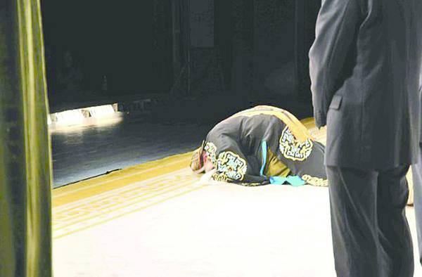 1.《趙氏孤兒》謝幕,朱強跪拜遙送恩師(照片來源:冷眼觀京劇微博)