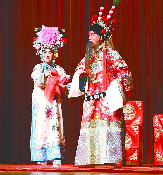 2.《坐宮》,(左起)雷靜渝飾鐵鏡公主、唐文華飾楊延輝