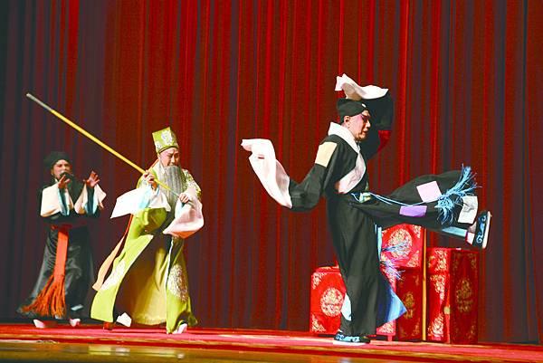 3.《打侄上墳》,(左起)張化緯飾陳芝、馮德曼飾陳伯愚、楊覺智飾陳大官