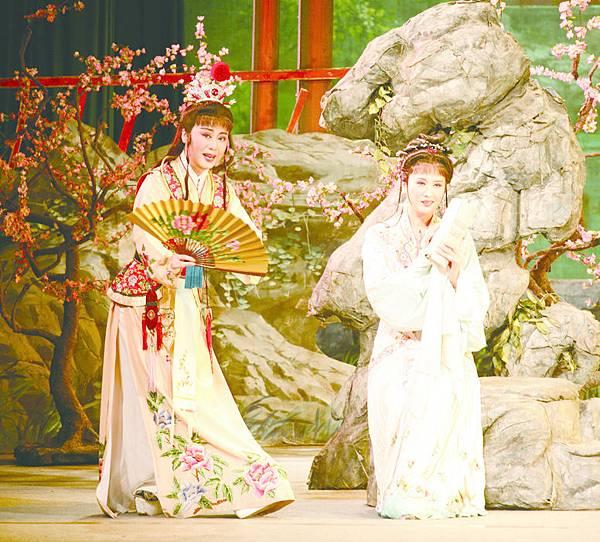 2_《紅樓夢》劇照,(左起)錢惠麗飾賈寶玉、單仰萍飾林黛玉