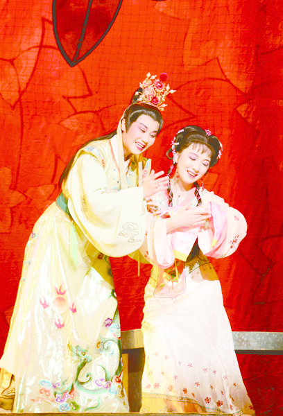 1_《梅龍鎮》劇照,(左起)章瑞虹飾正德皇帝、張永梅飾李鳳姐