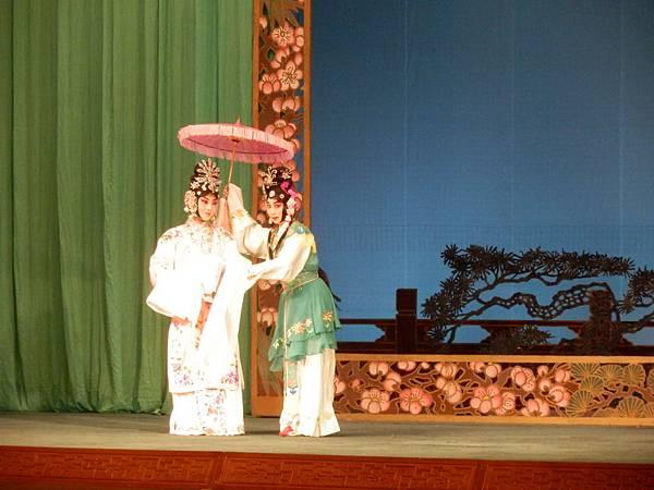 6《春草闖堂》劇照,(右)黃宇琳飾春草(照片來源:國光劇團)