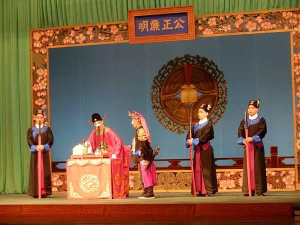 6《春草闖堂》劇照,(左二)陳清河飾胡進(照片來源:國光劇團)