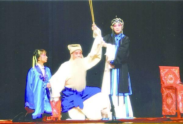 10_《三娘教子》劇照,張台琴(右)飾王春娥、李侑軒(中)飾薛保