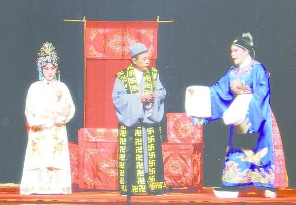 10_《望江亭》劇照,張雪琴(左)飾譚記兒、楊玉霞(右)飾白士中
