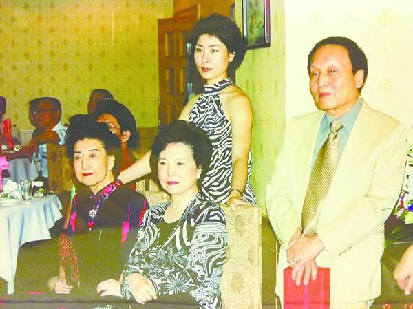 11_(前排左起)李慧芳、錢夫人唐瑜;(後排左起)梅派名旦于蘭、李崇遠