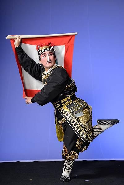 《問探》由武丑許孝存主演,東漢末年呂布坐鎮虎牢關,探子回營回報軍情,是崑劇丑角著名「五毒戲」之一。